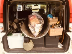 軽バンに家族4人と荷物をのせてキャンプにGO!
