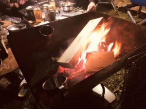 焚き火を眺めながらの酒