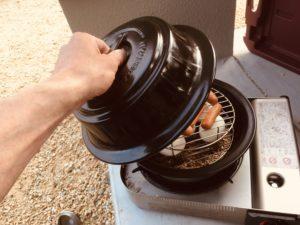 自宅で燻製を作ろう!くるみチップで超簡単に卵とウインナーのスモークが!